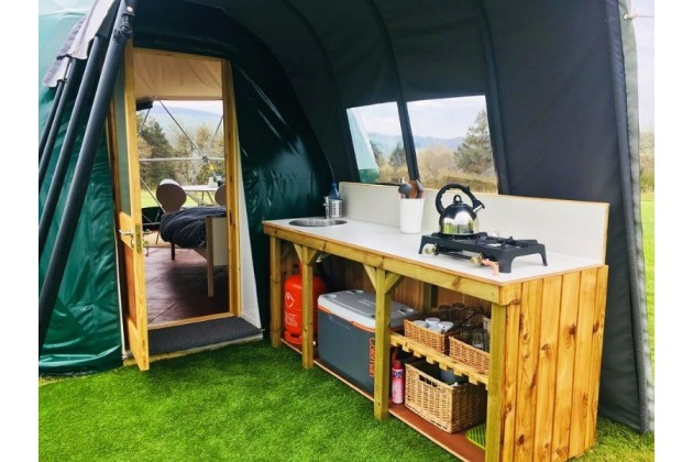 Covered outdoor kitchen in the Nature Domes, with all your cooking facilities
